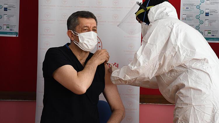 Öğretmenlerin aşı uygulaması başladı! Bakan Selçuk da aşı oldu