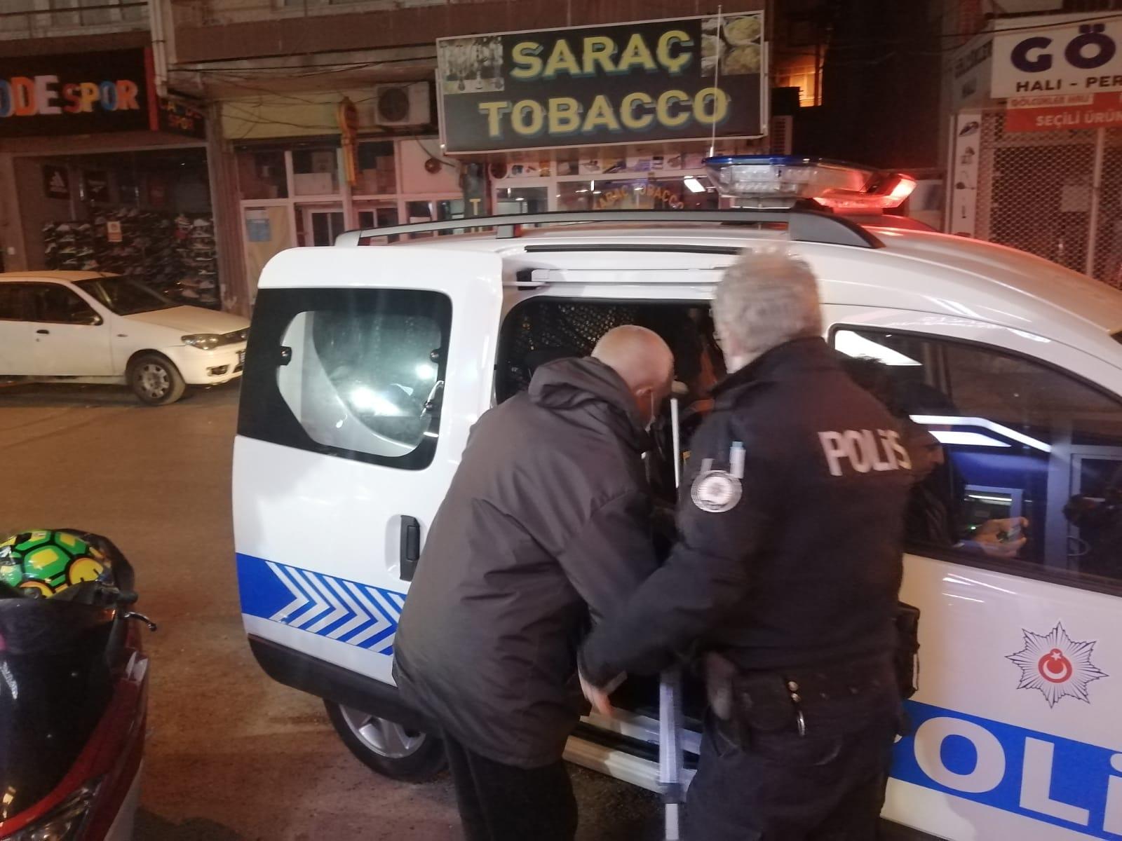 Buca'da sokakta kalan vatandaşa yardım eli